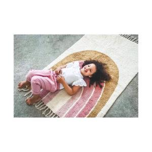 Regenboog tapijt van Tapis Petit met meisje